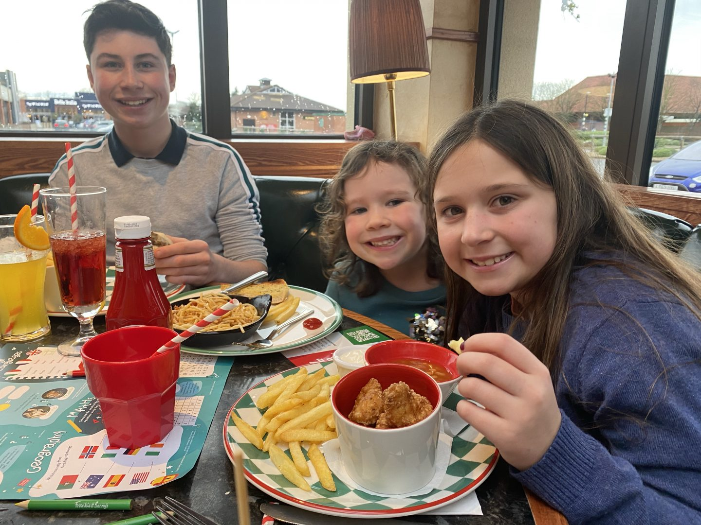 4 children smiling in a diner at the start of the Christmas holidays